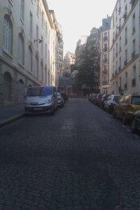 Une rue qui mène à la Basilique du Sacré Coeur - Maï Salaün