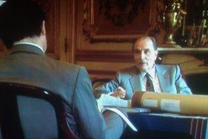 François Mitterrand en discussion avec son conseiller de la communication. Maï Salaün